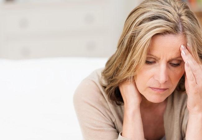 Período pós-menopausa pode estar relacionado a maior risco de Alzheimer?